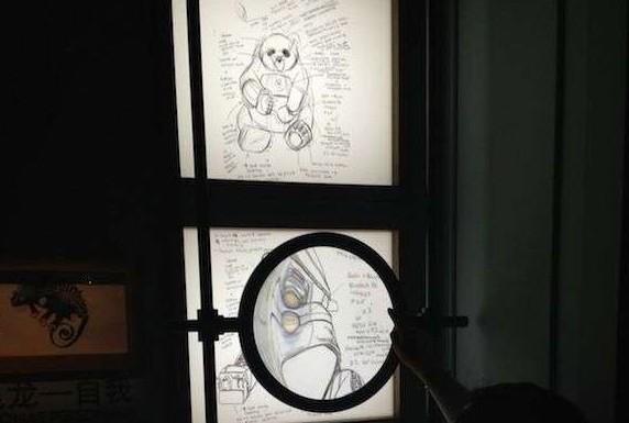 """导语:2013年,路易威登的""""奇幻动物园""""巡展开始登陆中国内地多个城市,笔者3月底的时候在大连展出时已经看过,非常好看,其后巡回于国内多个城市,直至最后一站来到上海国金中心。展览开幕那天""""奇幻动物园""""的创作者来自英国的装置艺术家Billie Achilleos也来了。  装置艺术家Billie Achilleos 没想到Billie Achilleos年纪并不大,她与路易威登合作始于2010年,起初在伦敦以及纽约的店铺发表这些用路易威登小皮具创作出的各种小动"""