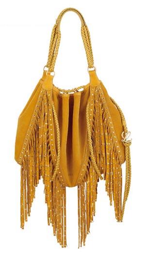 麂皮材质或更奢华的蟒蛇皮包包,装饰着金属铆钉和流苏,就是最in的it
