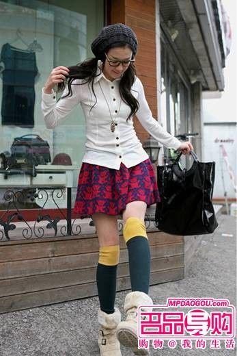 小熊图纹迷你针织短裙,加上双色半筒袜,崭露甜美与可爱气息,在寒冷