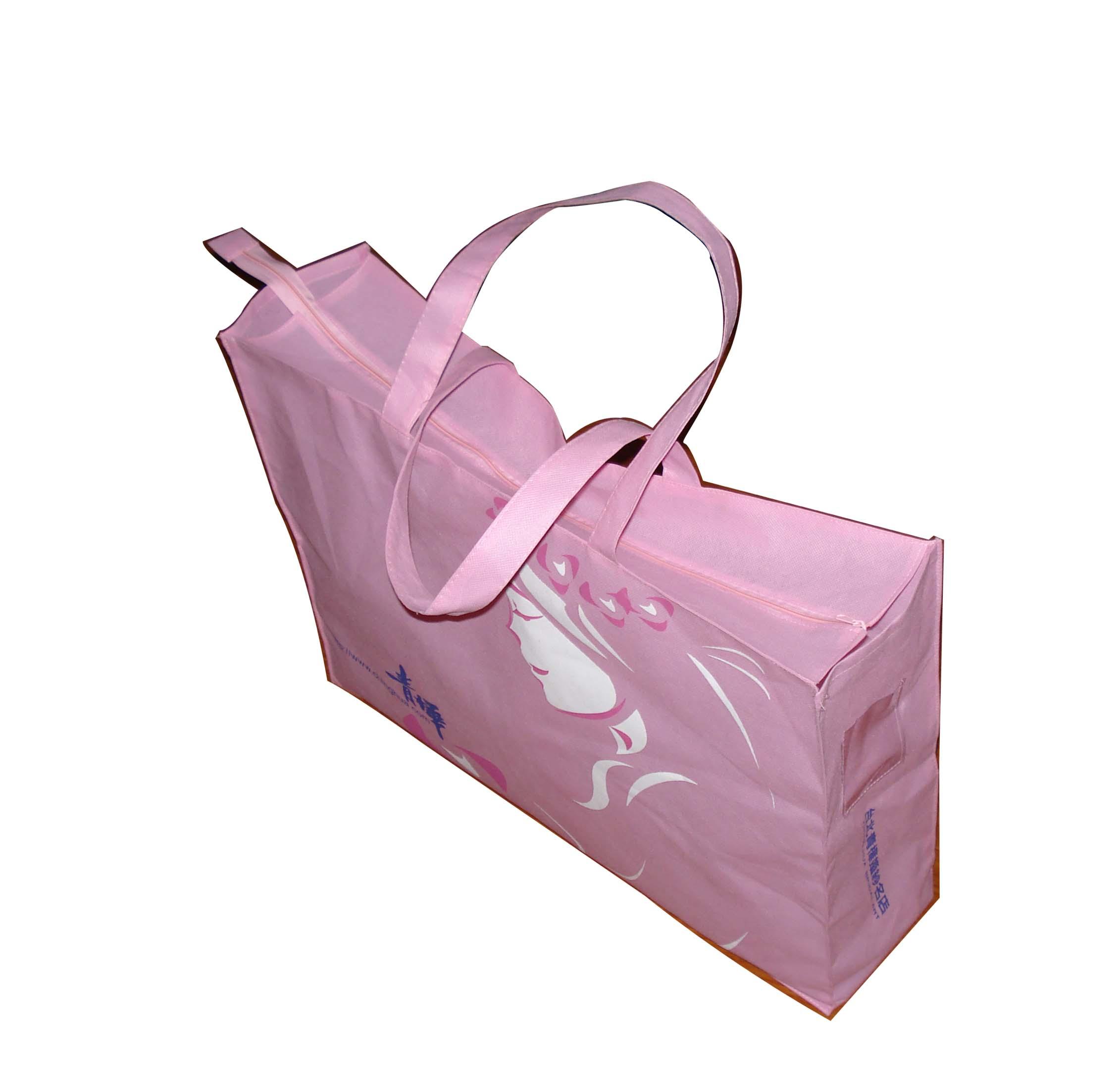温州市苍南禾力箱包厂座落在有中国印刷城、中国礼品城之称的龙港!本厂专业生产各种旅行包、公文包、无纺布袋、牛津布袋、手提袋、西装套、围裙、广告帽、折叠式水桶等礼品促销品企业。 多年以来,禾力箱包从单一门市部到专业生产的发展路程,非常明白诚信与质量是生意的源泉。禾力箱包会全心全意地以不断要求上进的品质回报客户!欢迎新老客户来样来电洽谈业务!